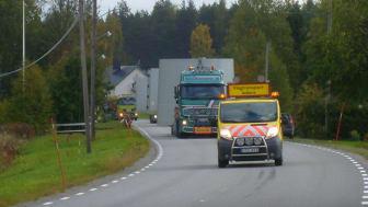 Vindkraftsningen i Markbygden innebär många långa, breda och tunga transporter längs vägarna. Foto: Piteå kommun