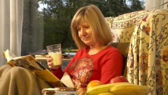 Frau liest im Sessel