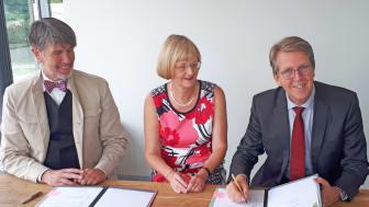 Besiegelten die Gründung der Stromnetz Traunreut GmbH & Co. KG (v. l.): Wilhelm Helmdach, Leiter der Stadtwerke Traunreut, Ursula Jekelius, Leiterin für Kommunen und Kooperationen in Oberbayern beim Bayernwerk, und Erster Bürgermeister Klaus Ritter.
