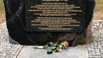 Minnessten för romska offer, Chelmno. Foto: Mia Taikon