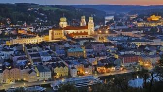 Passau_Donau_und_Altstadt_mit_Dom_St._Stephan,_abends