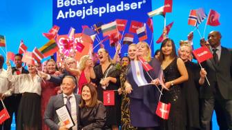Scandics adm. dir. Søren Faerber og HR-direktør Anne Mette Pedersen modtager prisen i Cirkusbygningen sammen med en masse kollegaer