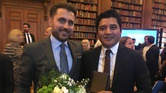 Hamdija Jusufagic gratulerar årets vinnare av Pionjärspriset