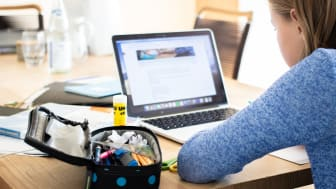 Danske skolebørn modtager undervisning hjemme foran skærmen, og øjnene udsættes nu i endnu højere grad for blåt lys fra skærmen. Profil Optik opfordrer forældre til at hjælpe børnene med at beskytte øjnene, når de sidder så mange timer foran skærmen.