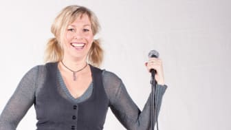 Årets konferencier är Malmös egen ståupp-drottning, Lena Frisk, känd för sin rappa stil och sina träffsäkra formuleringar.