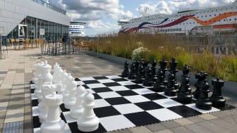 Värtan Kids Clubs schackspel utanför restaurang Kasta Loss Bar & Bistro på Värtaterminalen. Foto: Stadsutvecklarna i Värtahamnen