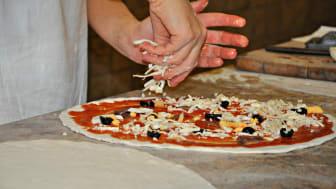 Livsmedelsinspektörerna kontrollerar bland annat att pizzerior hanterar sina livsmedel korrekt.