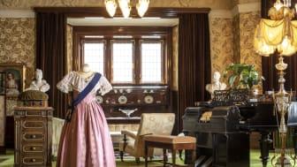 I slottets vackra salonger visas praktfullt 1800-talsmode.