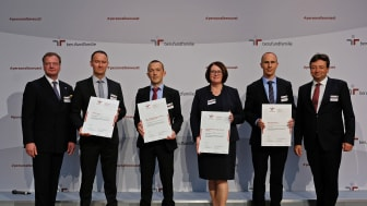 Personalreferent Gerhard Götz (2. v.l.) bei der Zertifikatsverleihung in Berlin