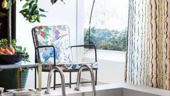Bild från utställningen ''Capri'' i Svenskt Tenns  butik på Strandvägen i Stockholm. Textil ''Lemon'' av Lars Nilsson till höger i bild.