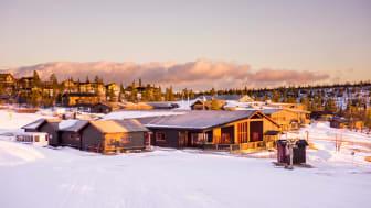 Det nya Sport & Eventhuset mittemot hotellet med ski in, ski out möjlighet från backen och längdspår.