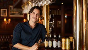 Martin Schmetzer tillsammans med den nya designen av Bryggmästarens som lanseras på Stockholm Beer & Whisky Festival.