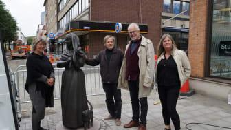 Konstkonsulten Sofia Bergman, konstnären Peter Linde, kommunantikvarie Carl Casimir och kultur- och fritidsnämndens ordförande Annelie Högberg intill den nya skulpturen som anlände på tisdagen.