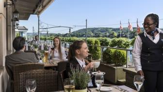 """Servicequalität, die begeistert: Die Maritim Hotels sind Branchengewinner bei den Premium-Hotels und damit erneut """"Produktchampion in der Kundenbegeisterung"""". Im Bild: Rheinterrasse im Maritim Hotel Königswinter."""