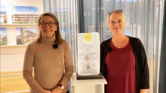 I dag har GotlandsHem tagit emot Fastigopriset för sitt arbete med att skapa en gemensam lönemodell för alla medarbetare. VD Elisabeth Kalkhäll och HR-ansvarig Jenny Guteäng med priset som är en glasskulptur av Leif Ahrle.
