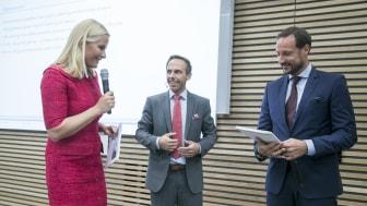 RAPPORT OM SAMFUNNSNYTTE- Dette betyr mye for oss i Fondet, sa Kronprinsesse Mette-Marit og Kronprins Haakon da de mottok rapporten fra sjefsrådgiver Anders Magnus Løken i DNV GL. (Foto: NTB)