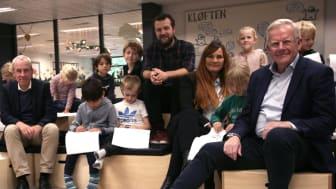 (Set fra venstre) Direktør for KATA Fonden Peter Skat-Rørdam, lærer Andreas Asbirk, skoleleder Hanne Bindseil Møller og Rudersdal Kommunes borgmester Jens Ive sammen med elever fra 2. klasse på Rude Skole Skole.