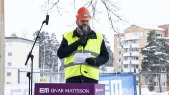 Kultur- och stadsmiljöborgarrådet Jonas Naddebo ,C, talar vid första gjutning i Brf Skulpturparken i Stora Sköndal. Foto: Einar Mattsson
