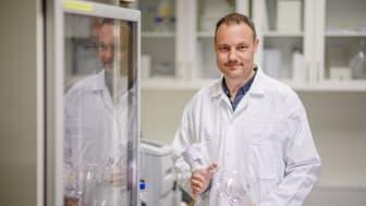 Niklas Arnberg i labbet