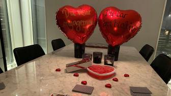En av våra kollegor tjuvstartade sitt Alla Hjärtans-firande och har delat med sig av en bild från en mysig hemmakväll.