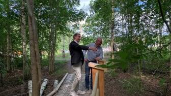 Naturparken intill bostadsområden på Jakobsberg med spång och grillplats