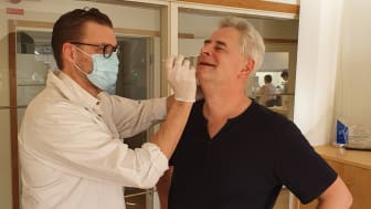 """Läkaren Lars """"Gendoktorn"""" Salmi tar ett nasopharynxprov på VD Mikael Kubista, som ska analyseras på laboratorium med TATAA Biocenters CE-IVD godkända TATAA GrandPerformance SARS-CoV-2 detection kit"""
