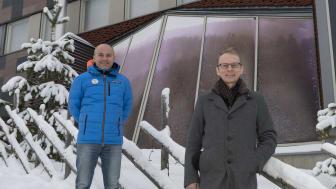 Teuvo Hatva, Kajaanin kaupunginhallituksen puheenjohtaja (edessä oikealla) sekä Janne Vuorinen, Olympiavalmennuskeskus Vuokatti-Rukan johtaja. Kuva: Kimmo Rauatmaa/Presser Oy