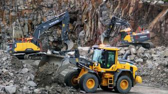 Swecon Road to Rock Arena byggs med Volvomaskiner från Swecon - sex maskiner finns på plats i bergtäkten