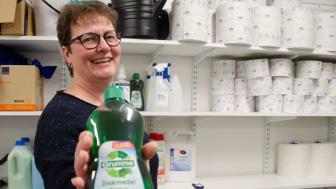 Kungsbackas kemikaliecoach Sandra Einhaus visar ett exempel på en produkt som är miljövänlig.