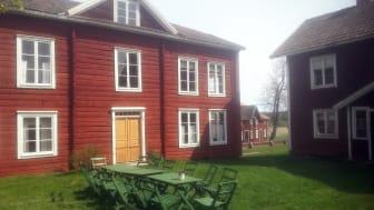 På gårdstunet vid hälsingegården Erik-Anders i Asta by. Foto: Martin Paju