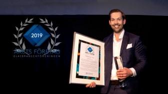 Marcus Nyström, vd, Erikssons Glas i Norrköping AB, tar emot priset på Glasbranschföreningens kongress