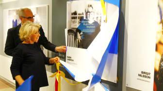 Karin Laserow och flygpplatsdirektör Peter Weinhandl vid avtäckningen på Malmö Airport