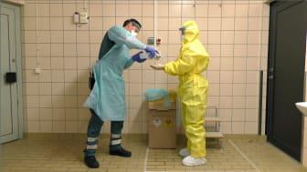 Från en instruktionsfilm för ambulanspersonal som ska ta emot högsmittsamma patienter.