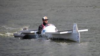 """Das Solarboot """"SUNcaTcHer"""" der TH Wildau während der 1. Wildauer Solarboot-Regatta 2015."""