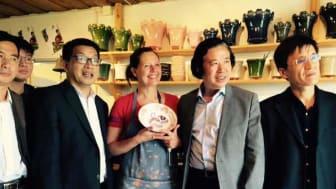 En affärsdelegation från Zibo besökte nyligen Dalarna och bl a keramikdesigner Mikaela Willers i Rättvik.