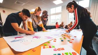 Elever från barn- och fritidsprogrammet följer lärarens instruktioner. Fotograf: Daniel Larsson