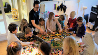 Tidigare workshop med Vittraskolan och arkitekten Xinga Li hos Korpen Vallentuna. Barnen använder lego för att kommunicera sina idéer.