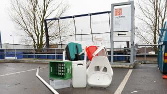 I hårdplastinsamlingen ska till exempel plaststolar, plastbackar och plastdunkar läggas - för att sedan återvinnas till ny plast.