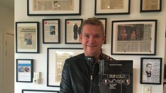 Författaren & föreläsaren Micke Darmell med den nytryckta Digitala Möten.