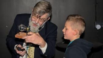 Svenska Uppfinnareföreningens ordförande Jan-Erik Nowacki delade ut förstapriset till vinnaren Lukas Åkerblom 9 år.