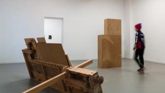 Jenny Magnusson och Patrik Elgström skapar möte mellan fotografiets materialitet och skulpturernas realitet på Konstakademien