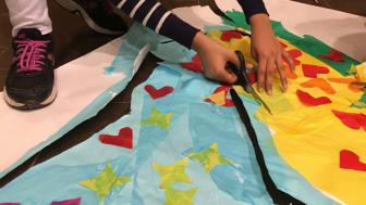 Konstprojektet är ett samarbete mellan Rinkebyskolan, Familjebostäder, ljusdesigner Marianne Lind och konstnär Stina Wollter.