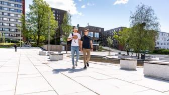 Kringsjå studentby har fått flotte uteområder, her fra torget. I bakgrunnen er de nye studentboligene, hvor SiO også har serveringssted og treningssenter.