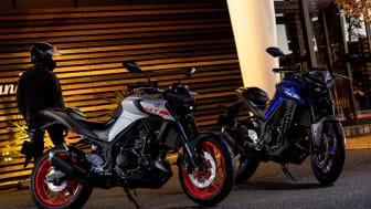 「MT-25 ABS」マットライトグレー(左) ブルー(右)