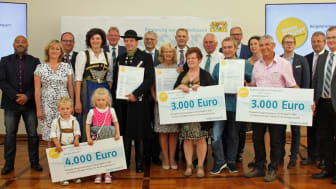 Das Bayernwerk hat mit der Regierung von Niederbayern die Preisträger des Bürgerenergiepreises ausgezeichnet. Christoph Henzel, Leiter Kommunalmanagement, und Regierungsvizepräsi
