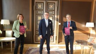 Henrik Julin, vd Orkla Foods Sverige och ordförande för DLF, lämnar över dagligvaruindustrins färdplan