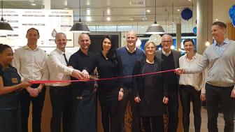Franchisetagare Uzay Haskan med personal, vid öppning av Waynes i Malmö