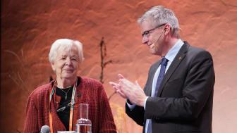 Lena Nordesjö mottog medaljen från riksantikvarie Lars Amréus hand på scen vid Riksantikvarieämbetets Höstmöte på onsdagen. Foto: Fredrik Streiffert (CCBY)