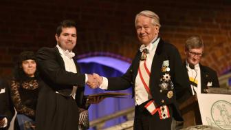 Maycon Vinborg mottar stipendiet av riksmarskalk Svante Lindquist.