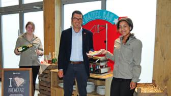 """Sie engagieren sich in ihrer Ausbildung im ibis Köln Centrum auch beim neuen """"URBAN-Frühstück"""": Lara Kapp (l.) und Klara Tamale (r.) mit Hoteldirektor Gordon Kleebaum (Mitte)."""
